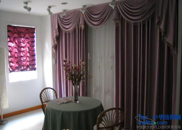 窗帘是人们的心情,是我们点缀格调生活空间不可或缺的选择之一,是主人品位的表现,是生活空间的精灵,总之,花点时间去选个窗帘,有时还真是个体味生活的好方式。窗帘广泛应用于:家居、学校、酒店、别墅、办公室、写字楼、娱乐场所等等。 窗帘作用:装饰、遮阳、隔热、隔冷、隔躁层、防火、保温、隔音等等。