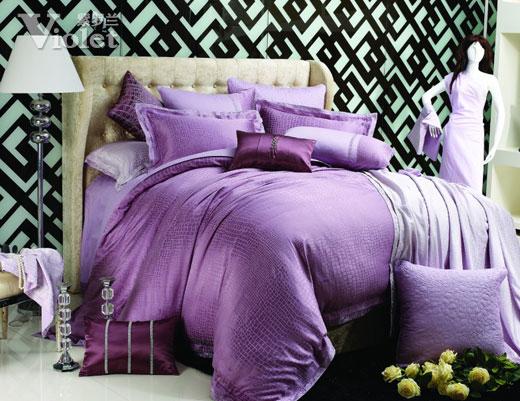 紫羅蘭家紡菲拉格慕   這款產品的面料選用了特別的粘棉面料,面料本身的特性就十分的優良,手感柔軟,質地輕薄,非常的透氣,光澤度又好,把碎石紋很好的體現。高貴的紫色與面料的絲光相結合,盡顯女性的柔美與高貴,產品被套采用的雙層邊的工藝,被套邊的繡花跟提花花型相呼應。這種肌理性的圖案是今年的流行主調。紫色除了顯高貴以外,同時還是一個幻想的顏色,是一個有助于睡眠的顏色。六件套的設計滿足了消費者的日常需求。   把握流行趨勢,超越時尚潮流,紫羅蘭總是站在家紡時尚的最前沿,紫羅蘭美名遠揚,芬芳四溢。