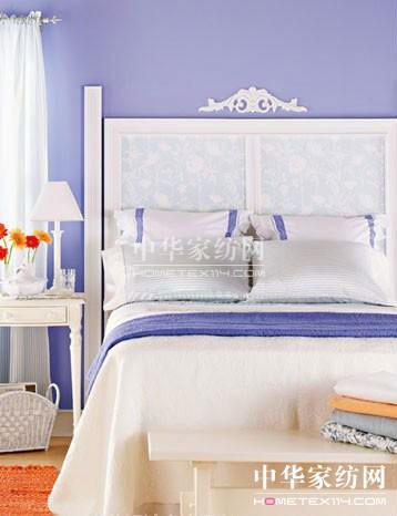 搭配方案三:淡紫色墙面+紫、白相间床品   白色和淡紫色的