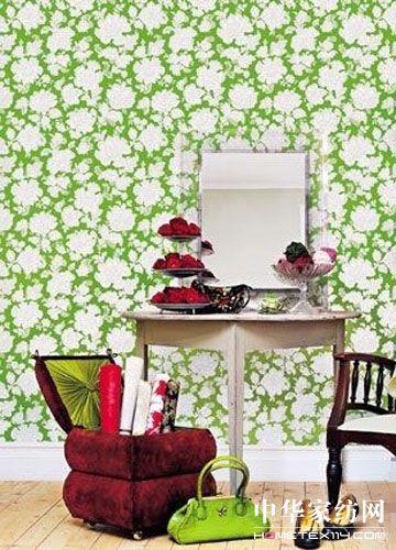 绿色壁纸搭配红色棕色物件营造优雅角落