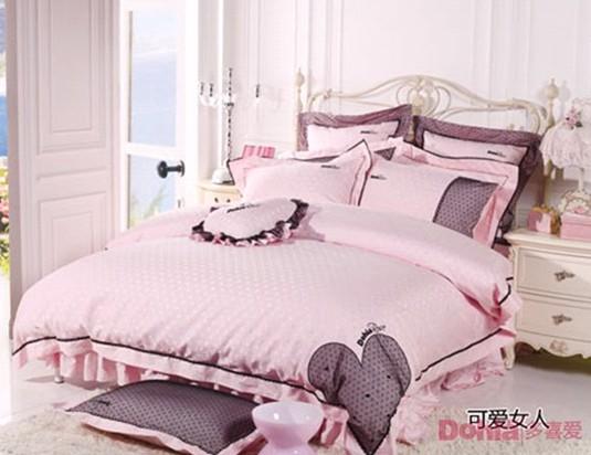 摘要:不论我们的家装风格怎样,或是我们的床上用品多么舒适保暖,但给我们感官第一印象的就是床品的色彩,色彩就是呈现在人们眼前的第一要素。个性化的床品色彩蕴含着主人内心世界不同的偏好,多喜爱家纺现在就为你解析床品中的色彩学问。 关键词:多喜爱家纺 床品 色彩学问 床上用品 色彩 床品色彩   多样化的时尚色彩可以给我们的家居空间带来别样的情趣。不论我们的家装风格怎样,或是我们的床上用品多么舒适保暖,但给我们感官第一印象的就是床品的色彩,色彩就是呈现在人们眼前的第一要素。个性化的床品色彩蕴含着主人内心世界不同的