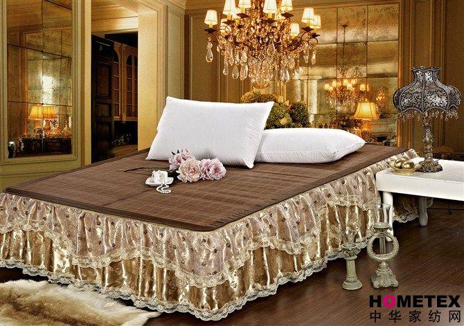 品名:床罩式*时尚蕾丝床笠/席梦思套 材质:蕾丝+高支密面料布 包装:简包装 颜色:如图 适用:1.5*2米 和1.8*2米床 150200 cm 68元 (带45cm蕾丝边) 180200 cm 75元 (带45cm蕾丝边) 可能很多朋友对于床笠还是比较陌生的,床笠简单的说就是直接套在床垫上的布质罩子,它的主要用途是包裹床垫,防止灰尘落入。 进入夏天之后,床上铺上了凉快的凉席,凉爽的同时,床垫也裸露在外面了,短时间床垫就容易变得很脏,套上床笠之后这些问题就欣然解决了。它的裙边采用多彩的蕾丝面料,可以遮