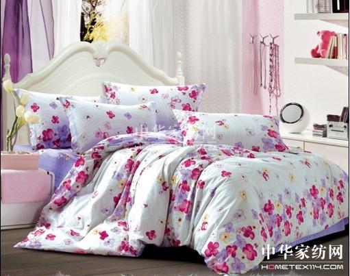 风尚 这款产品整体感觉柔和清新,是典型的欧式优雅田园风格。提花图案细腻且富有变化,花卉印花排列生动且富有层次感,写实的花卉表现手法让人仿佛能闻到蔷薇花醉人的芬芳。线条感与小花卉虚实相衬,更有艺术韵味。 换套床品,让卧室明亮纯净,散发淡雅迷人的感觉,也让整个空间变得优雅、耐看。