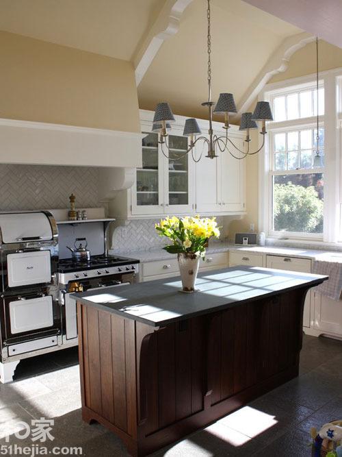 风格 厨房-同样的白色的橱柜,但中岛台则选用了原始的木质材质,深色的