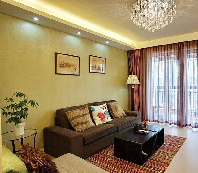 而沙發背景墻則直接用黃色的乳膠漆裝飾,沙發的一角墻壁上海設置了