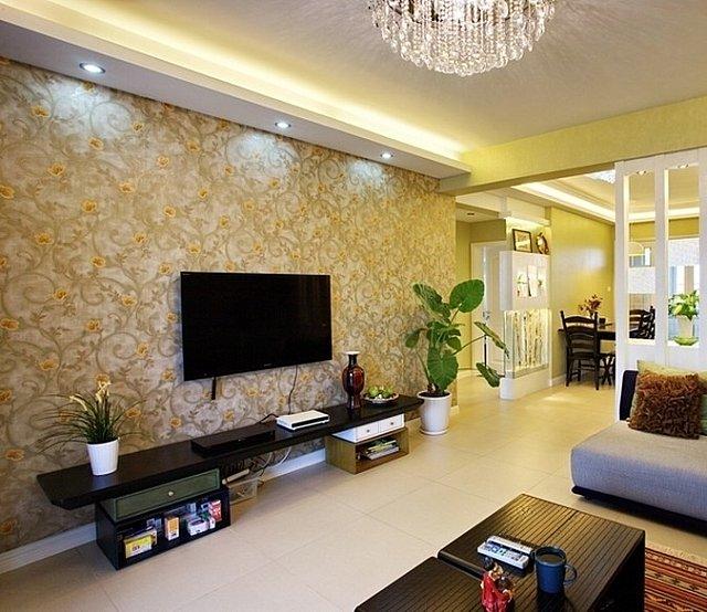 客厅电视背景墙采用黄色带有花案的壁纸装饰