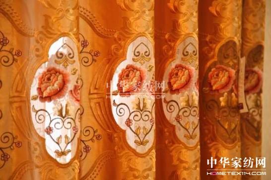 """运用麻料为底布,结合传统刺绣工艺,将梅花""""朴实无华""""的特性生动地表现"""