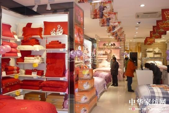 4.充分运用店内的道具烘托氛围      店内需要一些符合产品风格的道具来展示产品特性,在不能改变货品组合的情况下,一样的货品,通过陈列的改变,可以提升业绩。灯光的设置在一家品牌专卖店有着至关重要的作用,不同颜色的床上用品会在不同的灯光下,会产生不同的视觉效果,比如浅色床品,尽量可以用暖光灯来照射,并且可以配合花饰来烘托浪漫温馨的效果,这样可以充分调动消费者多层次的感官体验,形成非常良好的第一印象。