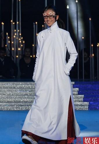 杨丽萍中式褂袍配花边框镜现身