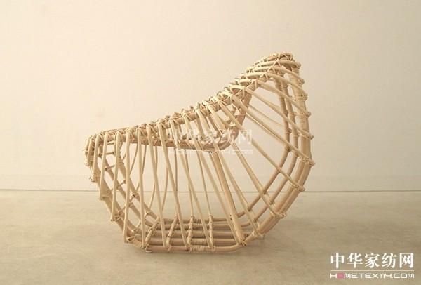 用藤条编织的椅子
